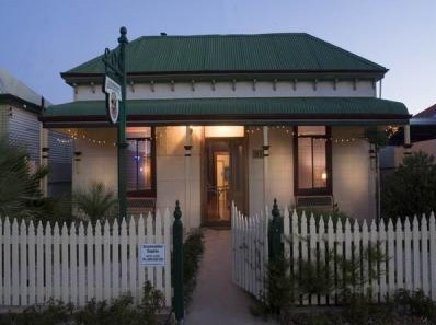 Emaroo Cottages - Southport Accommodation